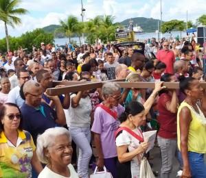 Carregando uma grande cruz, fiéis participam de Caminhada Penitencial em Madre de Deus