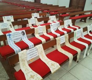 Fiéis das Paróquias são representados por estolas na Missa da Ceia do Senhor
