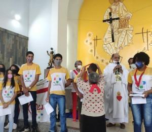 Jovens do movimento eucarístico receberam a fita e foram consagrados ao Sagrado Coração de Jesus em São Sebastião do Passé