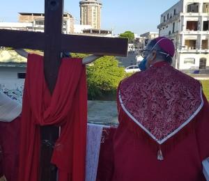 Milhares de pessoas acompanharam a transmissão ao vivo com a procissão de Cristo Crucificado em Camaçari