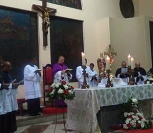 Fiéis lotam a Catedral para posse dos cônegos da Diocese de Camaçari
