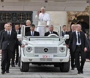 Nesta segunda-feira, Papa fará trajeto de papamóvel pelas ruas do RJ