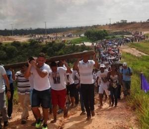 Mais de 2 mil fiéis acompanha Via Sacra da Juventude