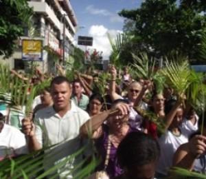 Fiéis saem em procissão no Domingo de Ramos