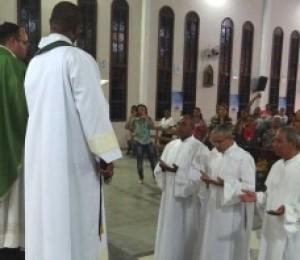 Candidatos ao diaconato recebem ministérios de leitor e acólitos