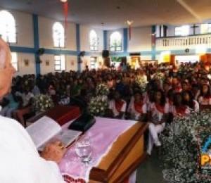 Jovens e adultos da Paróquia Nossa Senhora da Luz receberam o Sacramento do Crisma