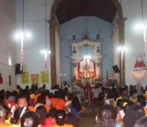 Fiéis celebram o Divino Espirito Santo, em Vila de Abrantes
