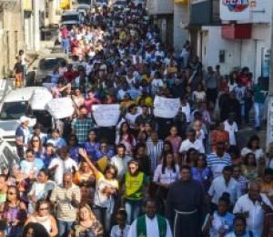 Caminhada contra as drogas leva centenas de Católicos às ruas de Candeias