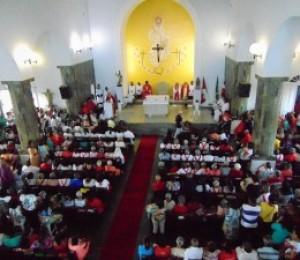 Centenas de devotos participaram de procissão e missa em louvor a São Sebastião do Passé